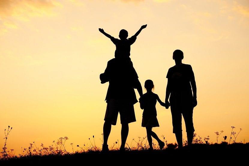 Padres dando un paseo por el campo con sus hijos