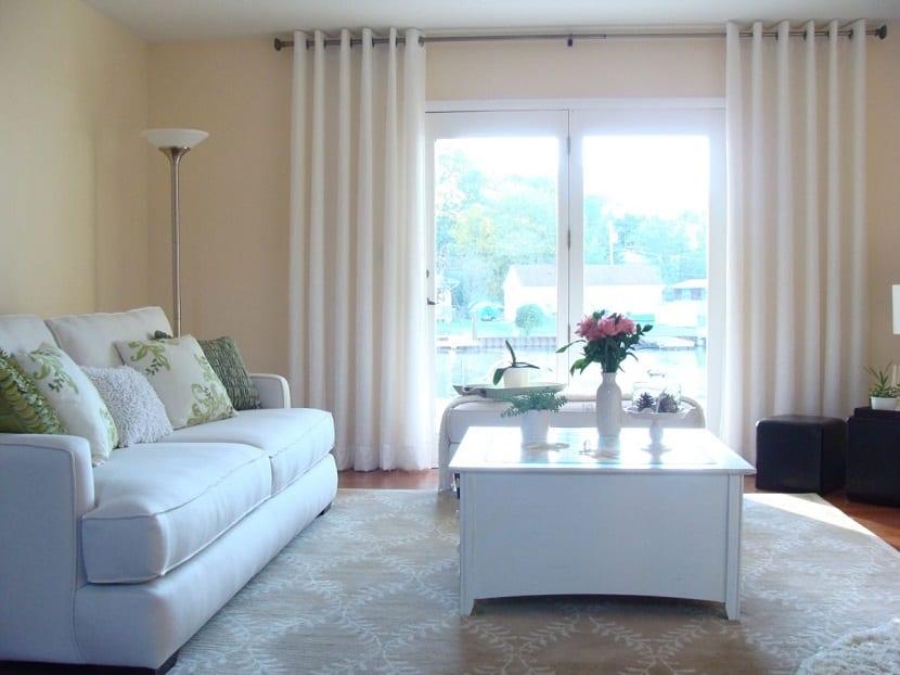 Salón con muebles y sofá blancos