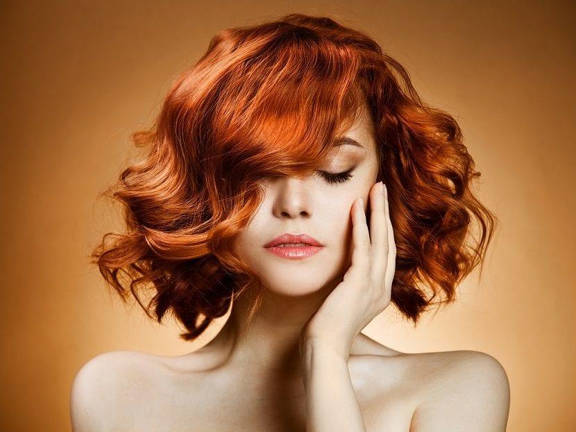 Chica con cabello naranja cobre