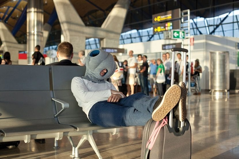 Chico con máscara dormido en el aeropuerto
