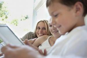 Madre supervisa uso de Internet de su hijo