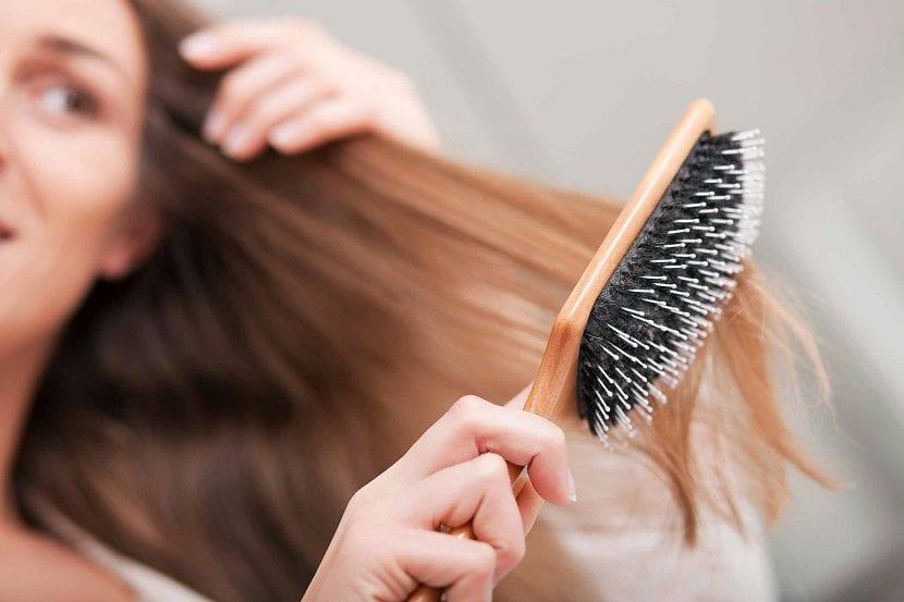 Chica cepillándose el cabello