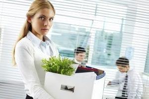 Mujer recogiendo sus cosas porque ha sido despedida