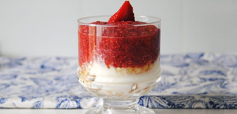 Pudin de chía y fresas con yogur y nueces