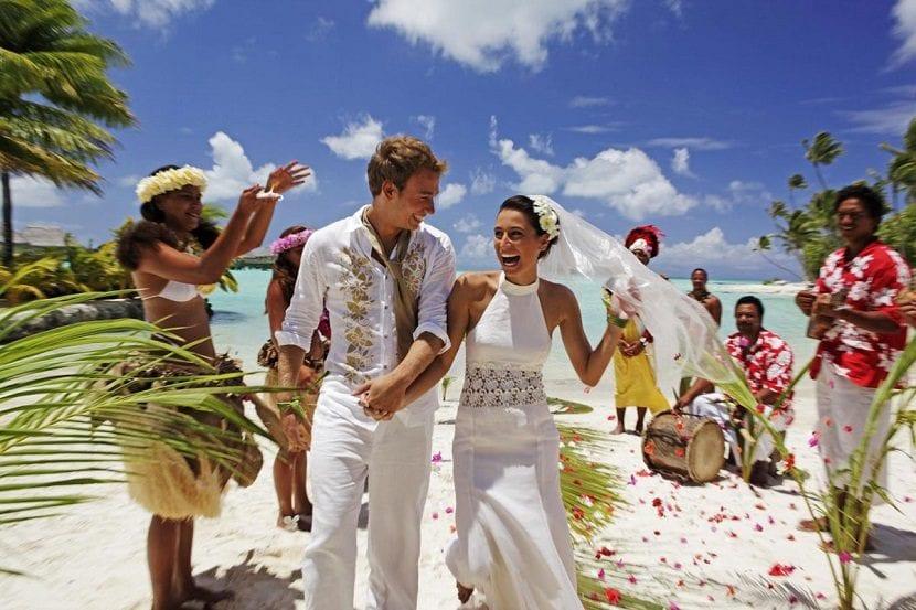 Novios casándose al estilo hawaiano