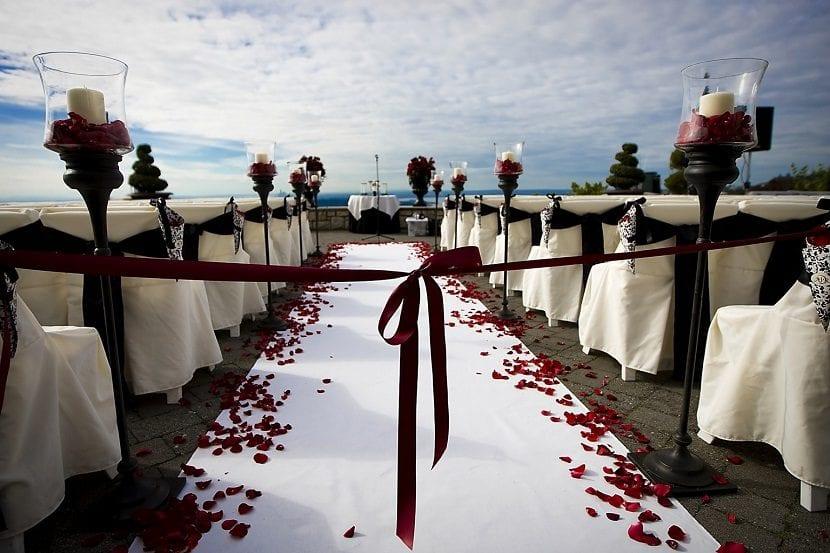Decorado para una boda con el mar al fondo