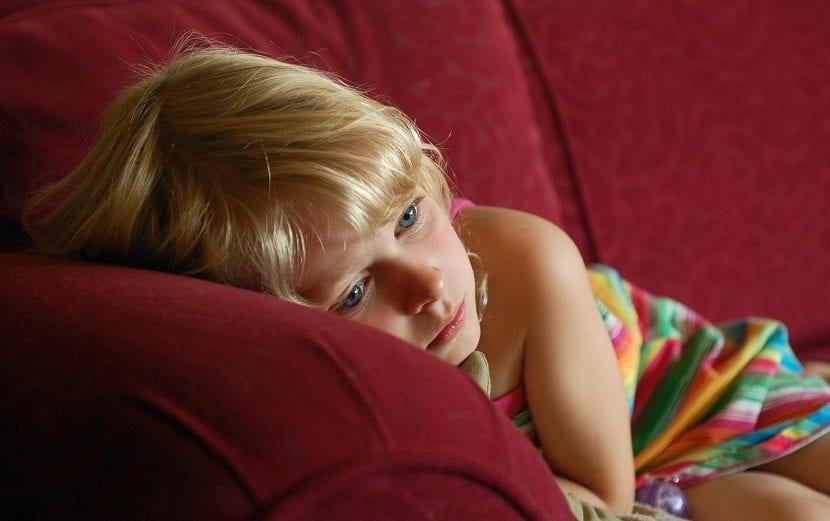 niña con ansiedad y tristeza