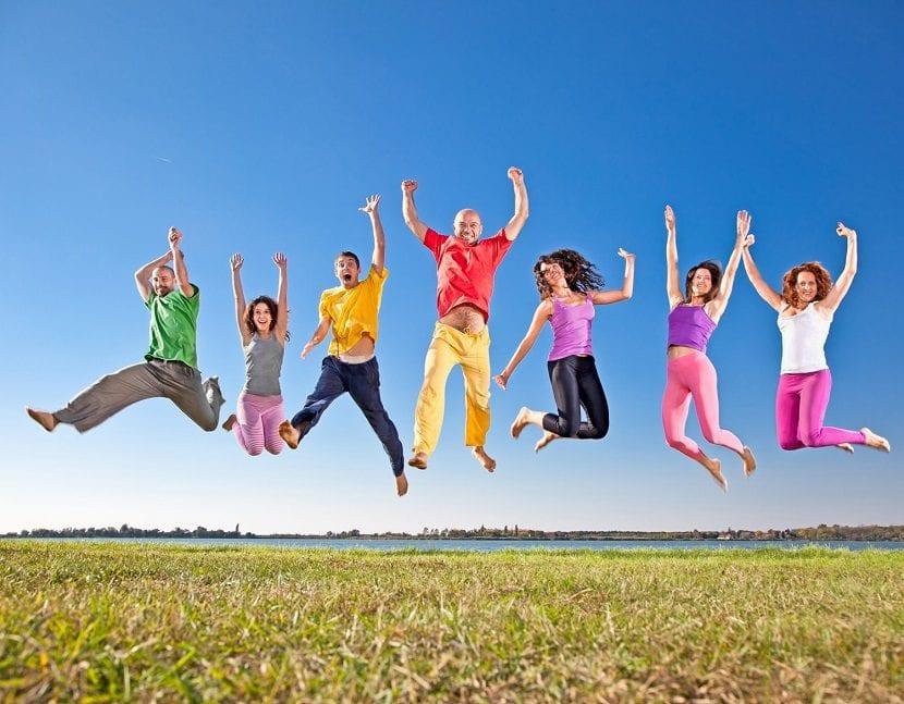 Grupo de gente saltando en el campo