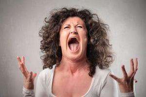 mujer gritando desesperada
