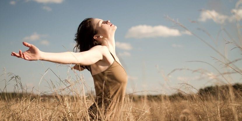 Mujer respirando en la naturaleza