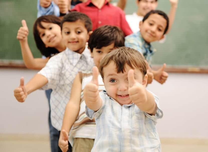 Niños y niñas en fila en una clase