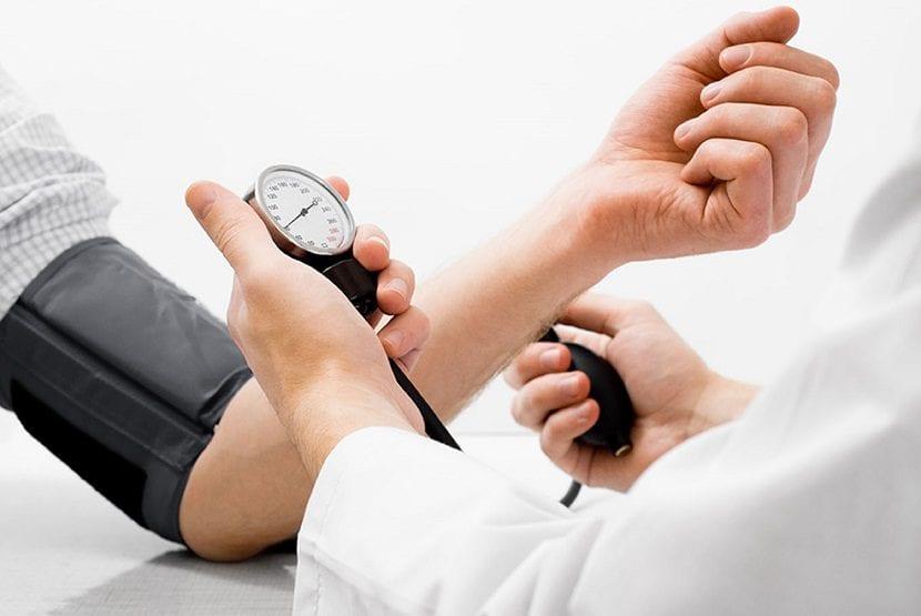 ¿Puede la presión arterial alta cansarla durante el embarazo?