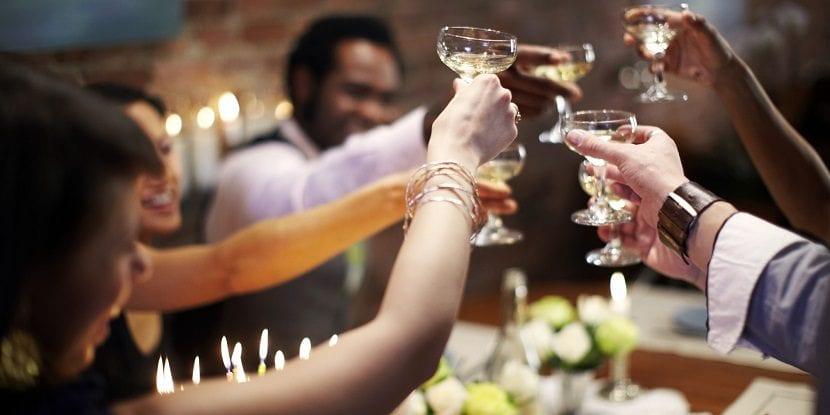 Amigos brindando con copas