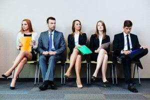 Candidatos sentados esperando para una entrevista de trabajo