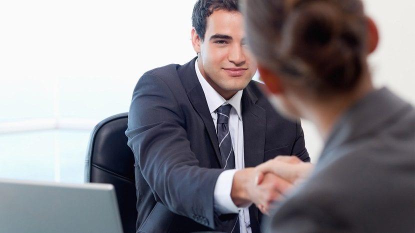 Chica estrechando la mano en una entrevista de trabajo