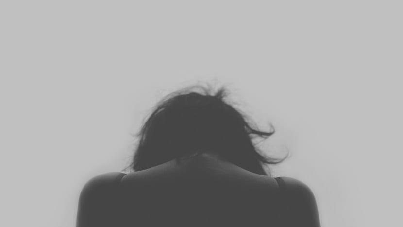 Mujer de espaldas en foto en blanco y negro