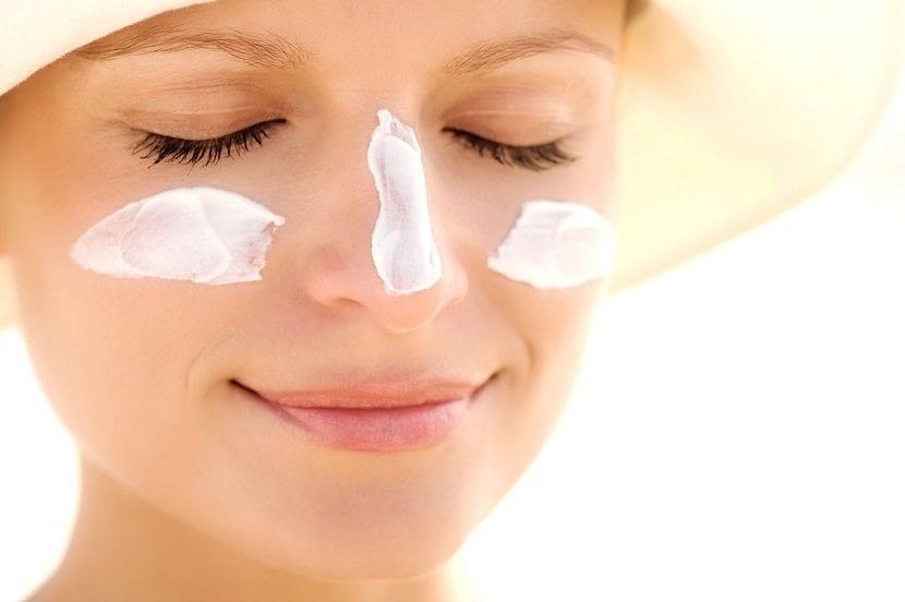 Mujer con protector solar en la cara