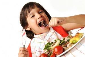 Niño comiendo comida saludable