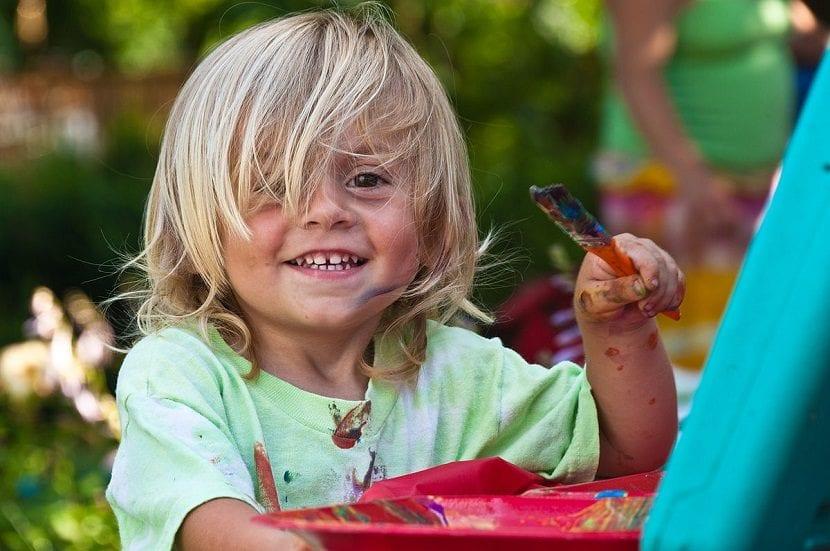Niño rubio pintando
