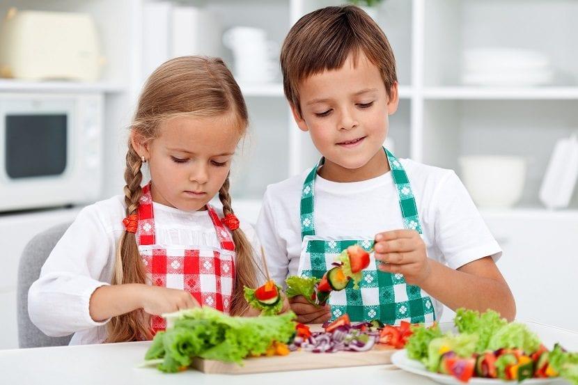 Un niño y una niña cocinando en una cocina