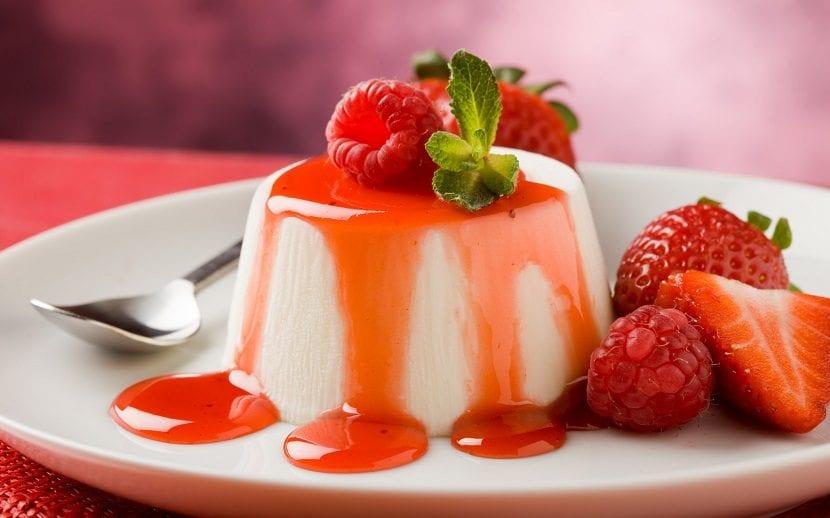 Postre con fresas en un plato blanco y redondo