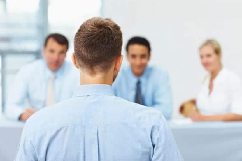 Candidato ante entrevistadores de trabajo
