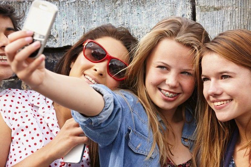 Chicas adolescentes haciéndose un selfie con un móvil
