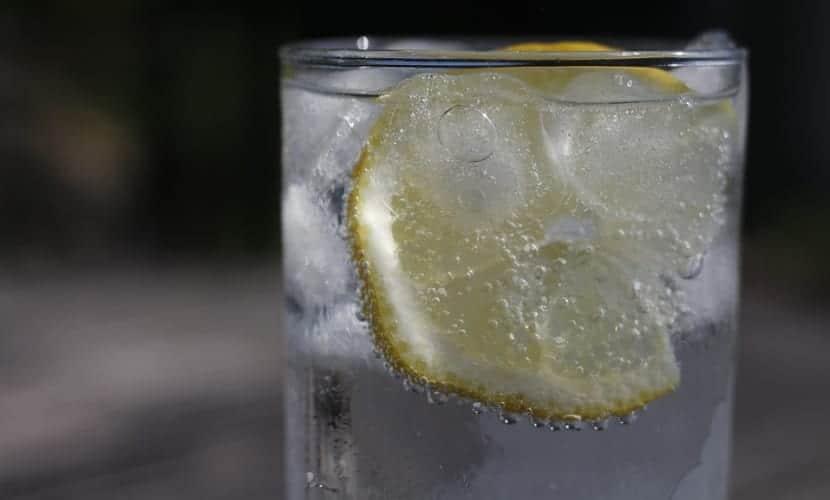 Agua con limón para el estómago