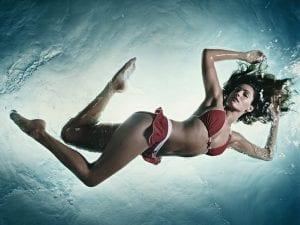 Chica en bikini dentro del agua