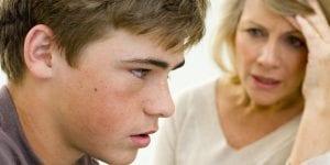 Madre regañando a su hijo adolescente por su primera borrachera