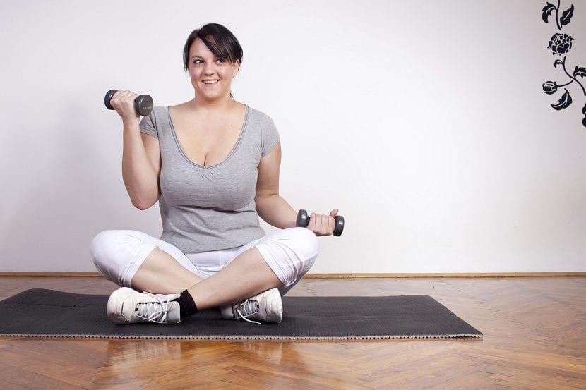 Mujer haciendo pesas en el suelo
