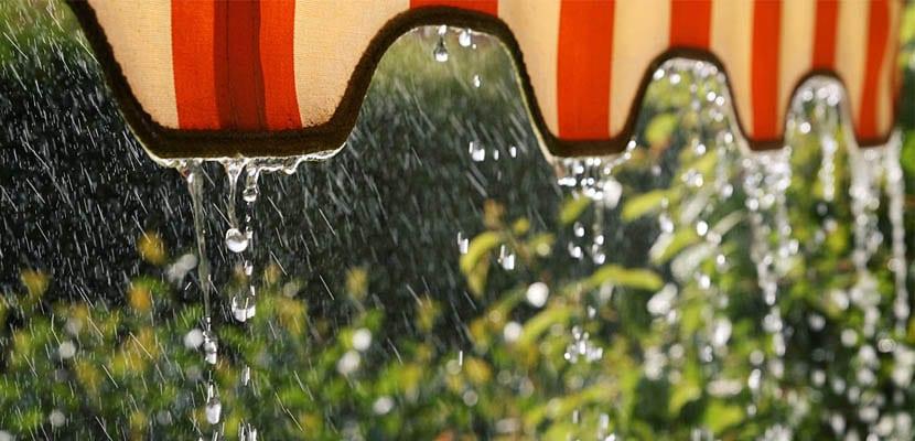 Lluvia sobre el toldo