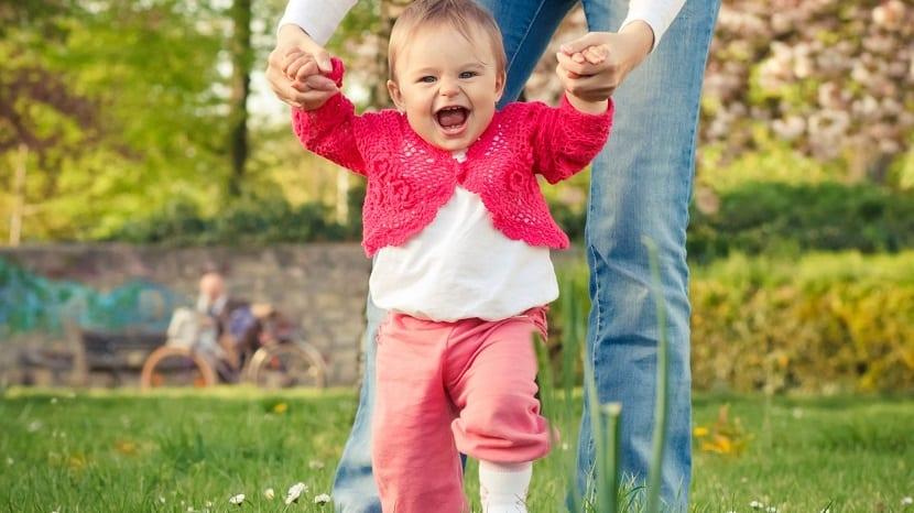 Bebé aprendiendo a caminar en el parque