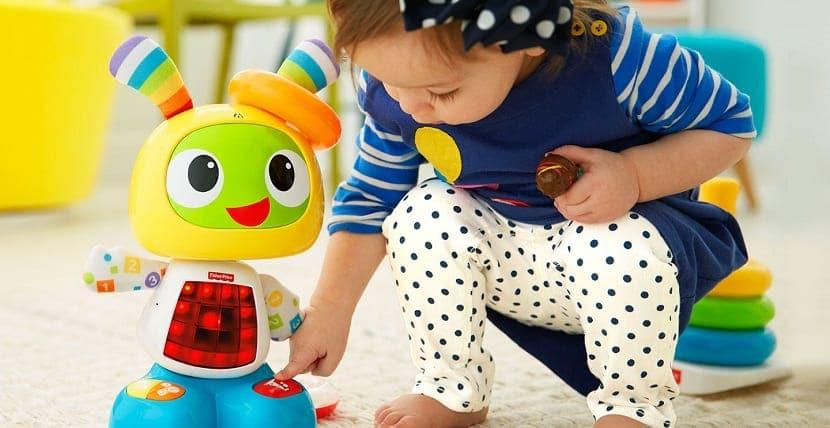 Bebé jugando con robot de juguete