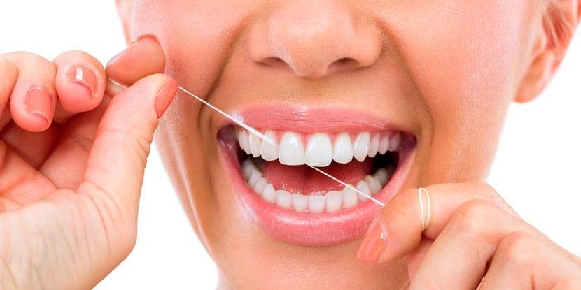 cómo cuidar tus dientes con hilo dental