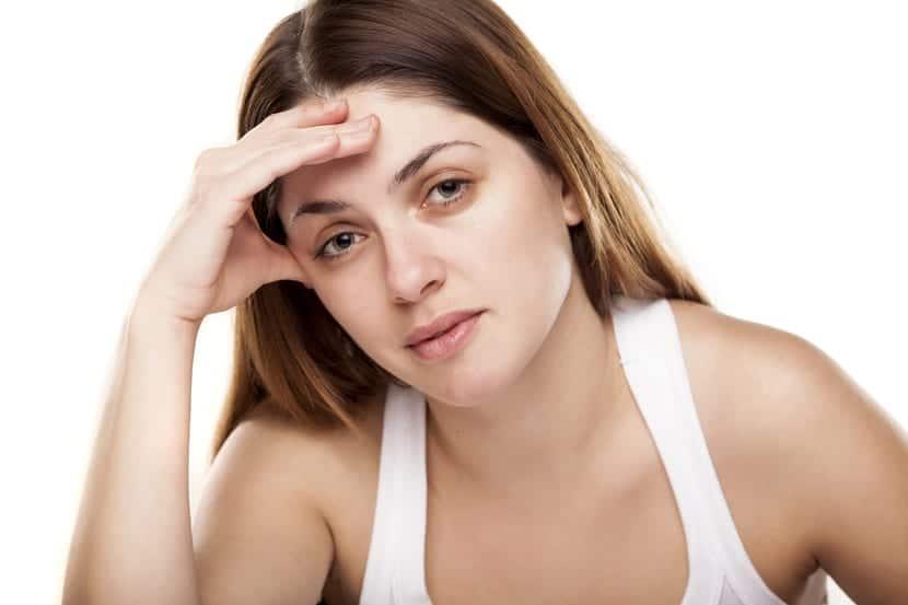 mujer cansada con ojeras