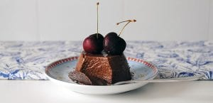 Flan de chocolate con cerezas