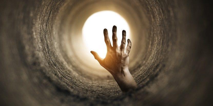 Mano saliendo de un túnel