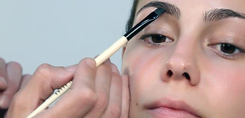 Maquilla las cejas