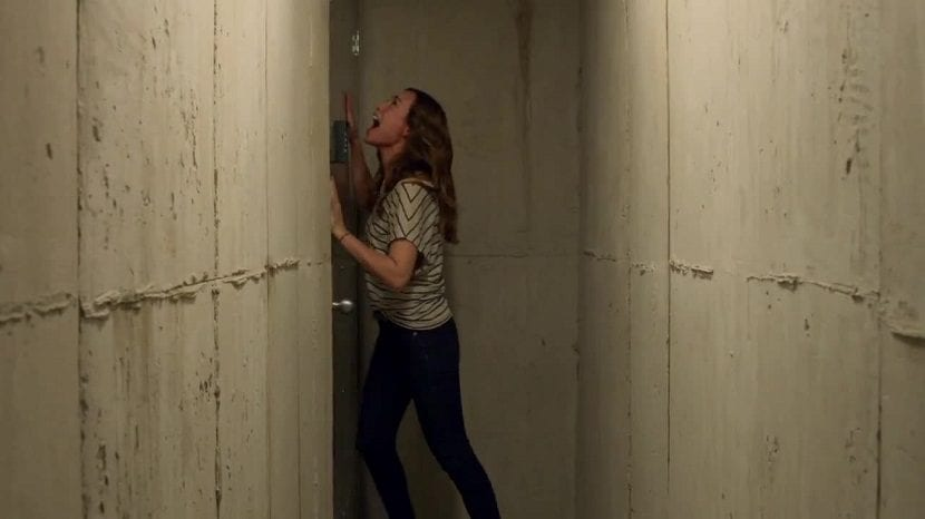 Chica intentando escapar