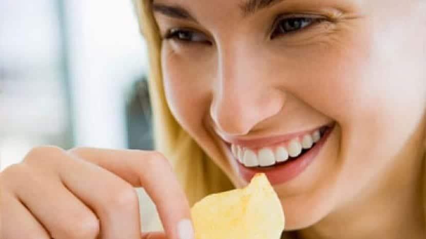 Mujer sonriente mientras come