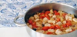 Cazuela de berenjenas con tomates y bonito