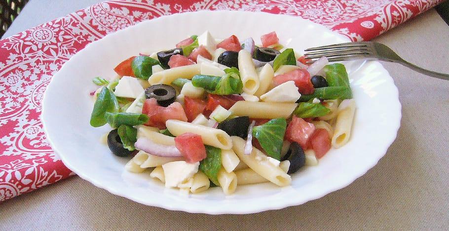 Ensalada de pasta con tomate, pepino y queso fresco