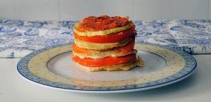 Montaditos de calabacín, berenjena y tomate con salsa romesco