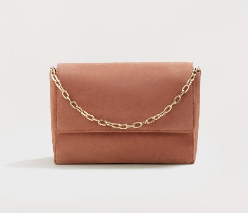 Bolso marrón pequeño con cadena dorada