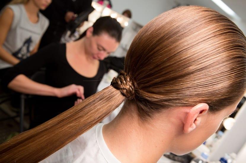 Peinado coleta baja tirante