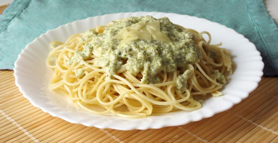 Espaguetis con salsa de queso y brócoli o brécol