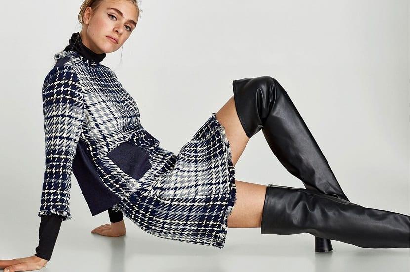 Look de Zara con botas mosqueteras