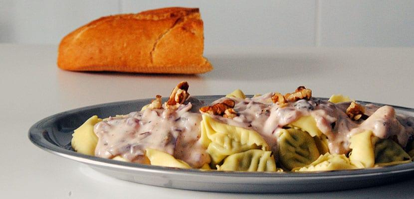 Tortellini de ricotta y espinacas con salsa de cebolla y pasas