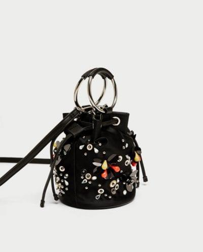 Bolso con adornos de Zara tendencia